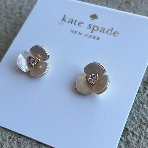kate spade flower and pearl earrings 🌸
